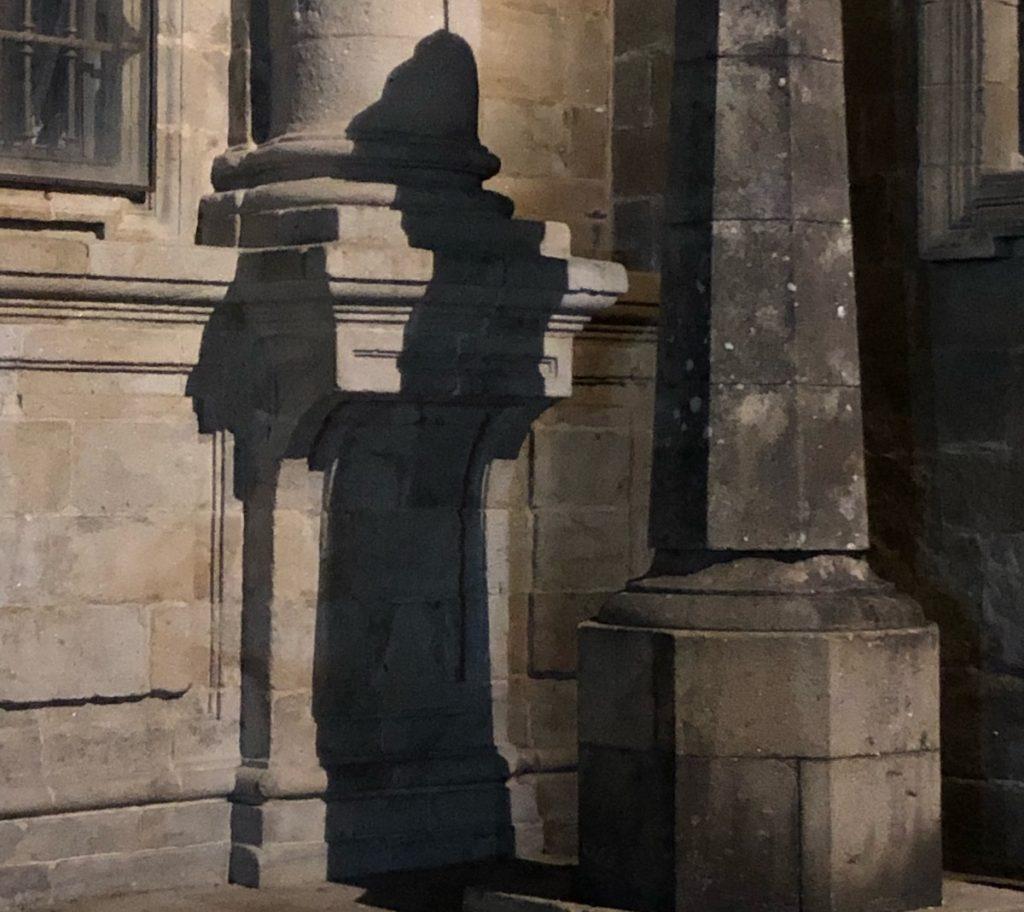 leggenda ombra del pellegrino cammino di santiago di compostela piazza della quintana